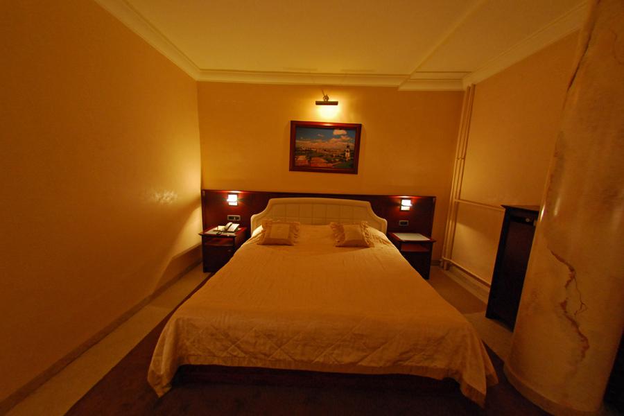 family suite king bed and 2 twin beds hotel park novi sad. Black Bedroom Furniture Sets. Home Design Ideas